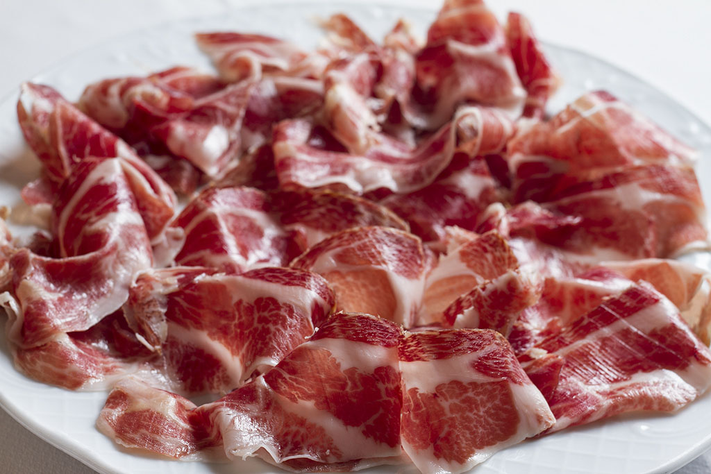 tapa de jamon iberico del restaurante carmen en barcelona sants