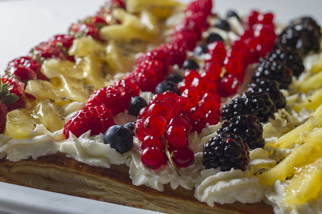 Hojaldre con frutas de temporada (chocolate, nata o crema) - p.v.p. para llevar 4,90 €/ración